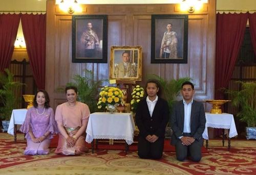 """""""โปรเม"""" ลงนามถวายพระพรในหลวงหลังกลับถึงไทย"""