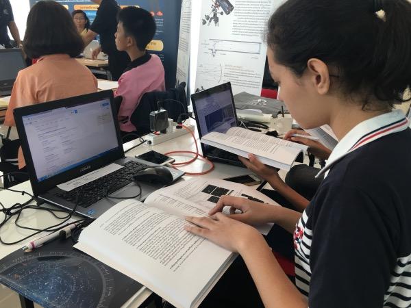 เยาวชนตั้งใจเรียนรู้โปรแกรมวิเคราะห์ข้อมูลทางดาราศาสตร์
