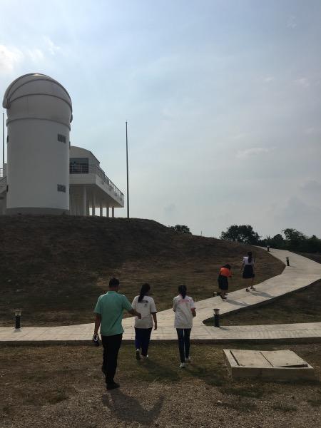 ส่วนอาคารดูดาวที่นักเรียนต้องขึ้นไปส่องกล้องเพื่อทำวิจัย