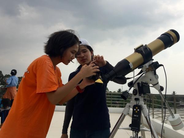 เยาวชนฝึกการสังเกตเปลวสุริยะจากกล้องโทรทรรศน์สังเกตดวงอาทิตย์