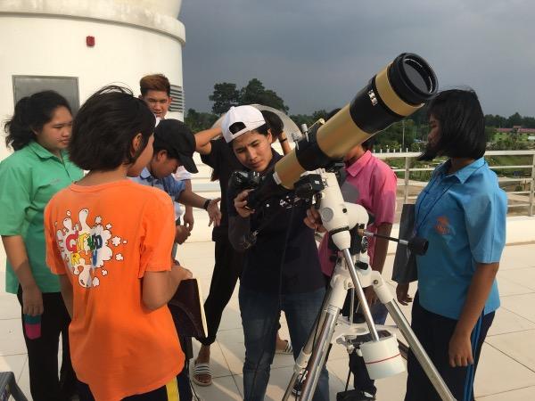 เยาวชนที่ทำวิจัยเกี่ยวกับดวงอาทิตย์ ล้อมวงฟังการสอนจากนักวิจัย สดร.