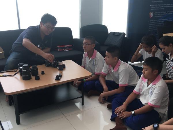 หลังจบการบรรยาย เยาวชนได้รับแจกกล้องสำหรับทดลองใช้ก่อนเริ่มทำวิจัย