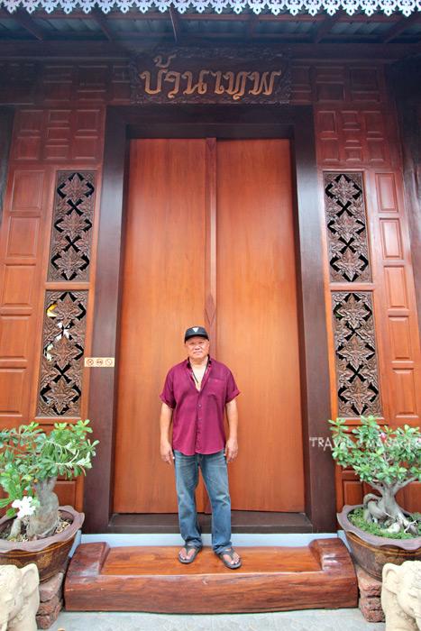 ลุงวัฒนากับบานประตูไม้สักทอง สัญลักษณ์ของบ้านเทพ