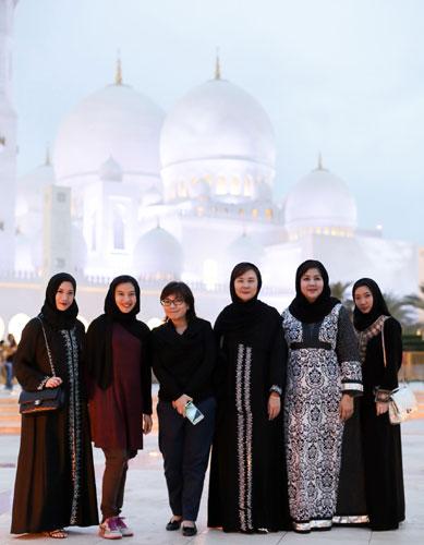 บริเวณด้านหน้า มัสยิดชีค ซาเยด แกรนด์ (Sheikh Zayed Grand Mosque)
