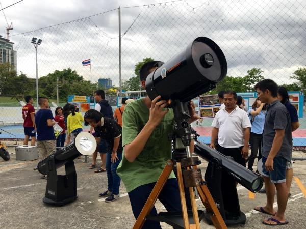 เจ้าหน้าที่สมาคมดาราศาสตร์ปรับกล้องขะมักเขม้นให้บริการประชาชน