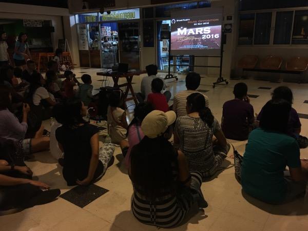 ประชาชนนั่งพื้นฟังการบรรยายอย่างตั้งใจ