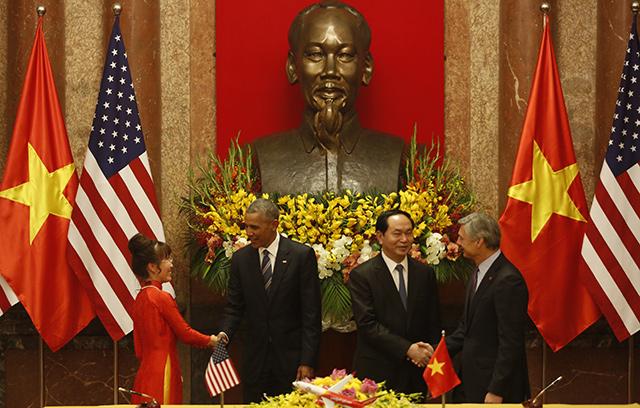<br><FONT color=#000033>เหวียน ถิ เฟือง ถาว ซีอีโอบริษัทเวียดเจ็ท (ซ้าย) สัมผัสมือกับประธานาธิบดีบารัค โอบามา ของสหรัฐฯ (ที่ 2 จากซ้าย) เรย์ คอร์เนอร์ ประธานและซีอีโอบริษัทโบอิ้ง (ขวา) สัมผัสมือกับประธานาธิบดีเจิ่น ได กวาง ของเวียดนาม (ที่ 2 จากขวา) ในพิธีลงนามว่าบริษัทเวียดเจ็ทจะซื้อเครื่องบินโบอิ้งจำนวน 100 ลำ จากบริษัทผู้ผลิตสหรัฐฯ ที่ทำเนียบประธานาธิบดี ในกรุงฮานอย วันที่ 23 พ.ค. -- Agence France-Presse/Kham/Pool.</font></b>