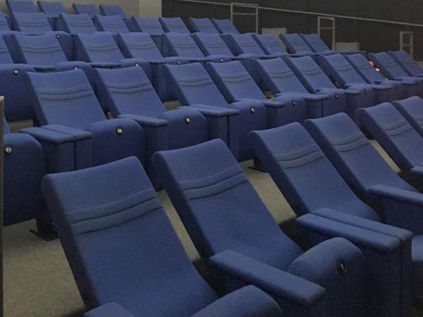 มีเก้าอี้ปรับเอนนอนอย่างดีติดตั้งเป้นแนวยาวกว่า 54 ตัวไว้คอยรองรับประชาชน