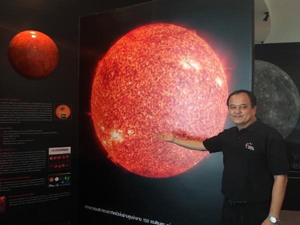 ภาพดวงอาทิตย์ขนาดใหญ่ถูกนำมาใช้เป็นจุดเริ่มต้นของส่วนนิทรรศการดาราศาสตร์