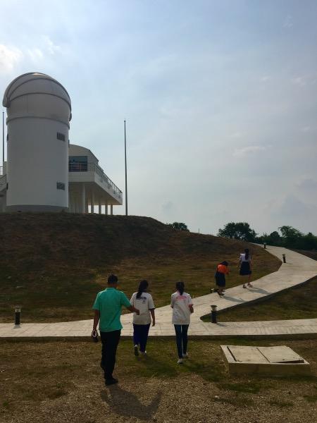 นักเรียนยุววิจัยเดินขึ้นไปยังส่วนของอาคารหอดูดาวเพื่อเก็บข้อามูลวิจัย