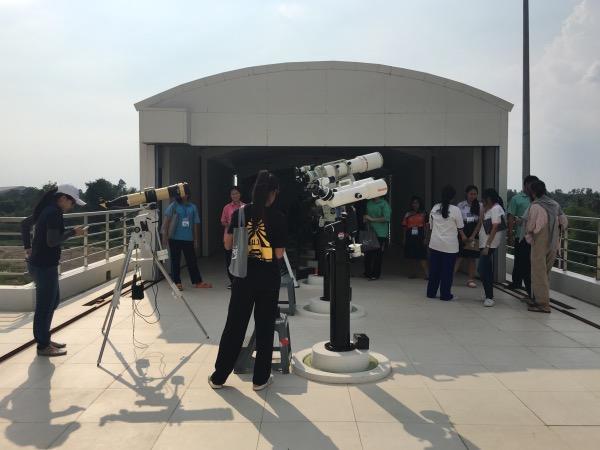 กล้องโทรทรรศน์หลากหลายประเภท ถูกจัดเก็บไว้ในอาคารหอดูดาวที่มีหลังคาเลื่อนเปิด-ปิด จะเปิดให้บริการแก่ประชาชนทั่วไปด้วยเมื่อเกิดปรากฏการณ์สำคัญทางดาราศาสตร์