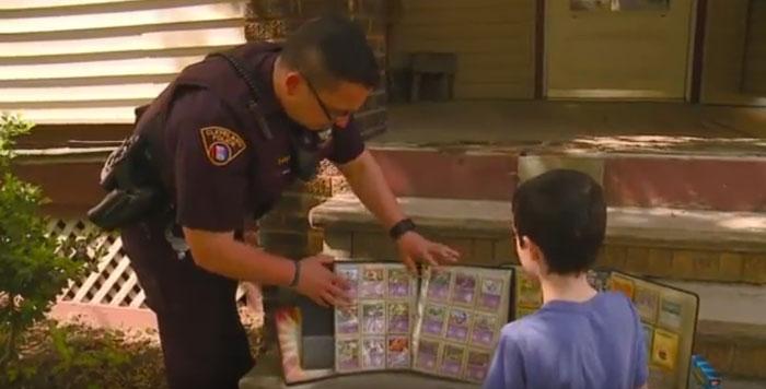 ตำรวจใจดีมอบคอลเลคชันการ์ดโปเกมอน ให้เจ้าหนูที่ถูกขโมยการ์ด