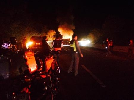 รถพ่วงขนกากมันฯ ไฟลุกกลางดอยขุนตาน-เก๋งชนท้ายหวิดถูกไฟคลอก