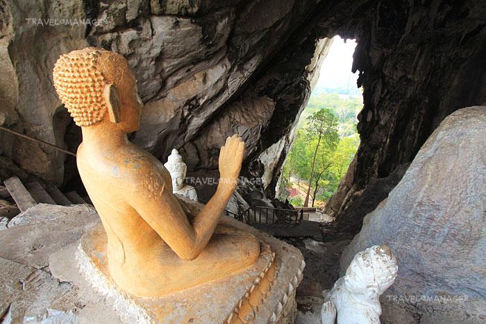 บริเวณด้านบนถ้ำทะลุมีพระพุทธรูปให้กราบไหว้
