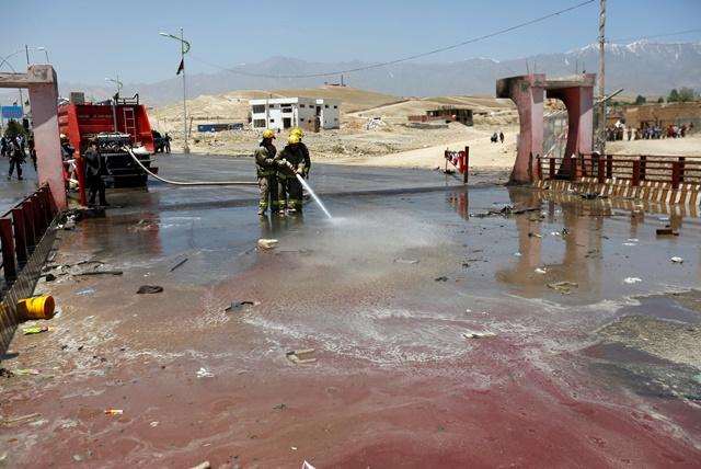 <i>พนักงานดับเพลิงชาวอัฟกันใช้น้ำล้างพื้นถนน บริเวณจุดเกิดเหตุโจมตีฆ่าตัวตายของพวกตอลิบาน ในเขตปักห์มาน ใกล้กรุงคาบูลของอัฟกานิสถาน เมื่อวันพุธ (25 พ.ค.) </i>