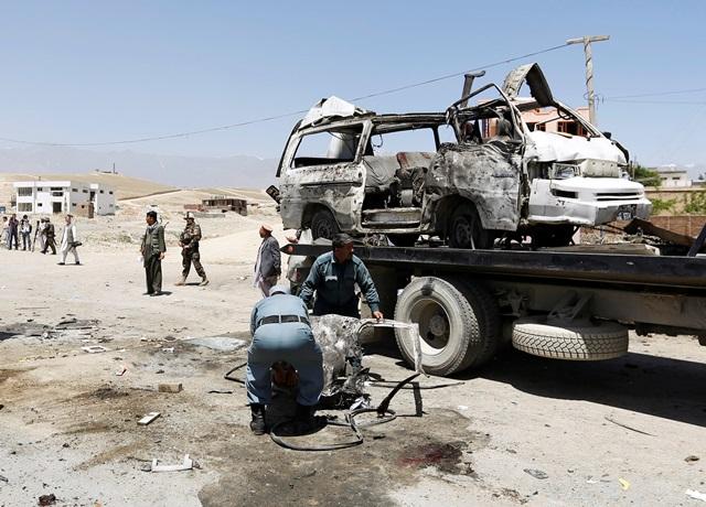 <i>ตำรวจอัฟกันปฏิบัติงานอยู่ตรงจุดเกิดเหตุโจมตีฆ่าตัวตายของพวกตอลิบาน ในเขตปักห์มาน ใกล้กรุงคาบูล เมื่อวันพุธ (25 พ.ค.) </i>