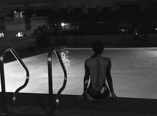 """ครั้งแรก! """"ญาญ่า อุรัสยา"""" โพสต์อวดแผ่นหลังในชุดว่ายน้ำยามดึก งานนี้คอมเมนต์กระจาย"""