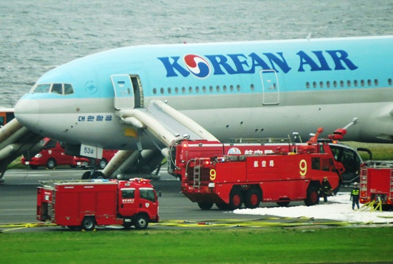 Tokyo, Tokyo : A Korean Air Boeing 777 is seen on a runway in Tokyos Haneda Airport on May 27, 2016. About 300 passengers and crew members were evacuated from the plane after one of the engines caught fire, official said on May 27. AFP/Kazuhiro Nogi