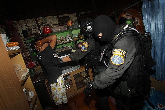 """บุกตรวจค้นชุมชนเป้าหมายอินทามระ 10 ตามแผน """"ชุมชนประชารัฐร่วมใจ"""" รวบ 13 ผู้ต้องหายาเสพติด"""
