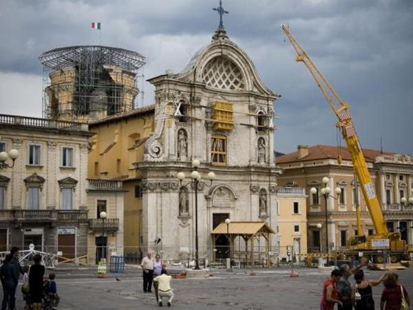 Carmine Flamminio สถานที่สำคัญของเมือง L'Aquila ประเทศอิตาลีได้รับความเสียหายจากเหตุแผ่นดินไหวเมื่อปี 2009 (REUTERS PHOTO/ Piazza Duono)