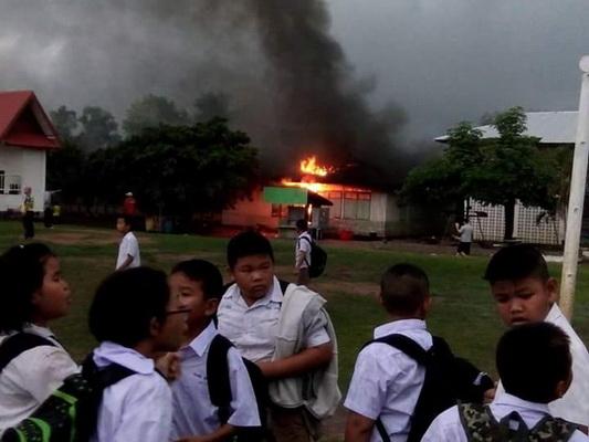 ภาพเหตุการณ์ขณะเกิดเพลิงไหม้ห้องนาฏศิลป์โรงเรียนชุมชนหนองหิน อ.หนองหิน จ.เลย