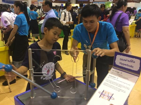 เยาวชนลาวร่วมเรียนรู้เรื่องมิติจากอุปกรณ์ตรงผ่านโค้งอย่างขะมักเขม้น