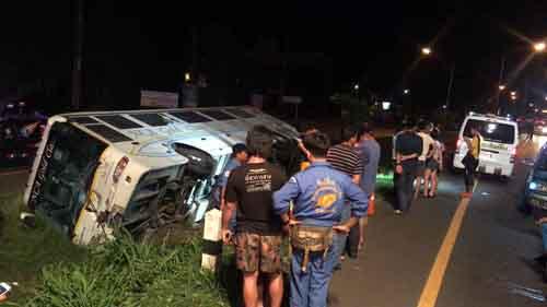 """หนุ่มคาร์แคร์อุบลฯ ขับ จยย.ย้อนศรชนรถ""""นครชัยแอร์""""ตายคาที่ ก่อนรถทัวร์เสียหลักตกร่องถนน ผู้โดยสารเจ็บทั้งคัน"""