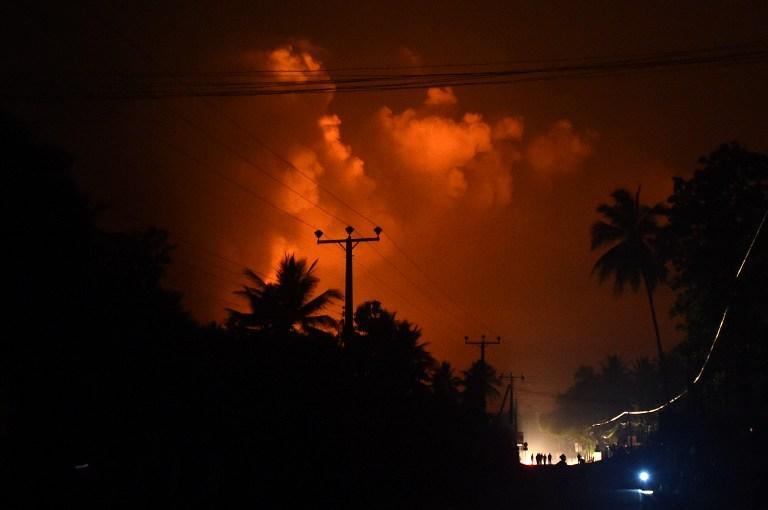 """คลังแสงระเบิดใน """"ศรีลังกา"""" พ่นห่ากระสุนตกใส่โรงพยาบาล บ้านเรือนพังไปหลายร้อยหลัง (ชมคลิป)"""