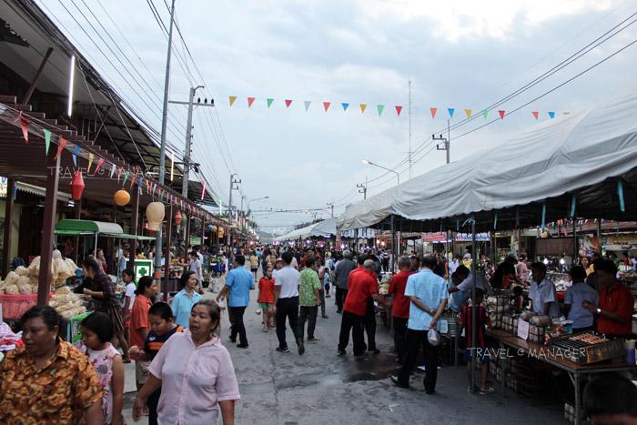 """เที่ยวเพลิดเพลินเมืองอู่ทอง  ลั้ลลาถนนคนเดินย้อนยุค """"ตลาดหรรษาวินยานุโยค"""