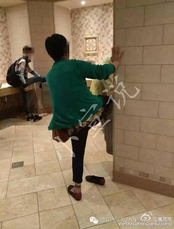 """มิกกี้เมาส์กุมขมับ! นักท่องเที่ยวจีนประเดิมวีรกรรมใน """"เซี่ยงไฮ้ดิสนีย์แลนด์"""" ยกเท้าขึ้นเป่ากับเครื่องเป่ามือหน้าตาเฉย  (ชมภาพ)"""