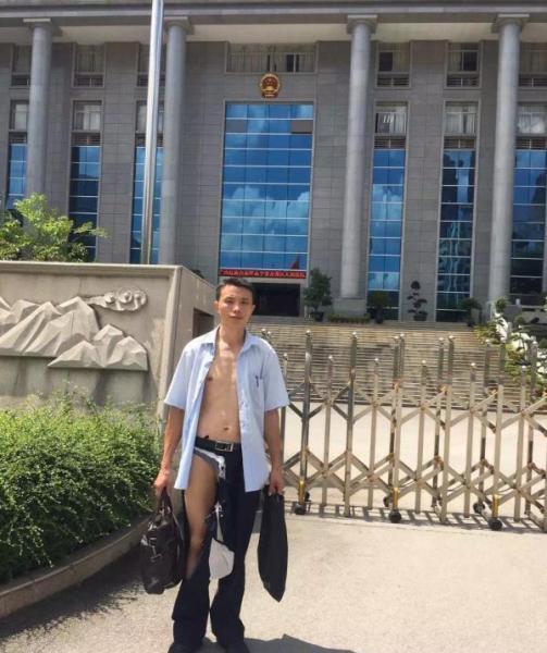 ตำรวจศาลจีนสุดโหด! ใช้กำลังค้นตัวทนายจนเสื้อผ้าขาดวิ่น กางเกงในโผล่ต่อหน้าผู้พิพากษา (ชมภาพ)