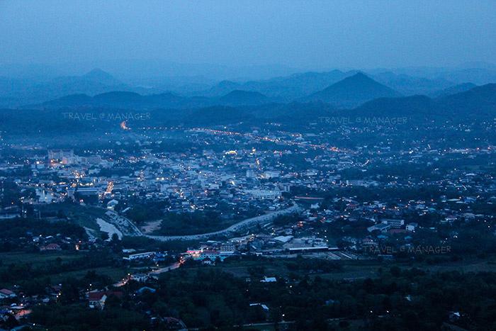 ชมแสงไฟในเมืองเลยยามพลบค่ำจากจุดชมวิวภูบ่อบิด
