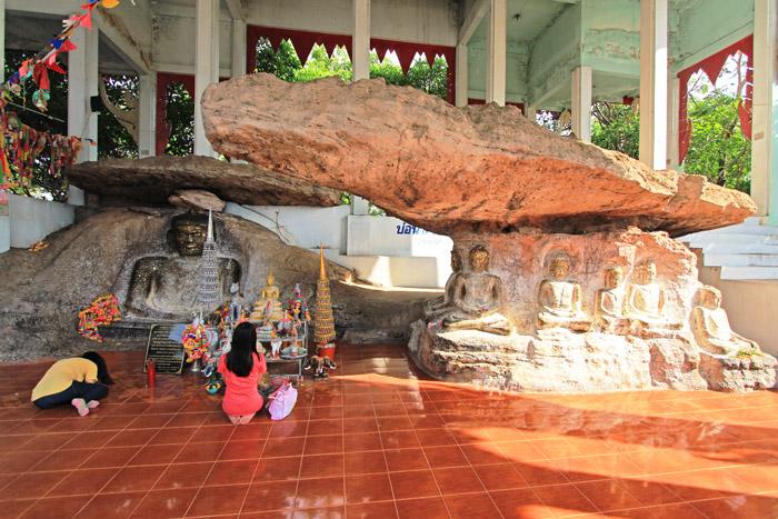 พระพุทธรูปสลัก(นูนสูง)บนเพิงผา ที่วัดศิลาอาสน์ ภูพระ