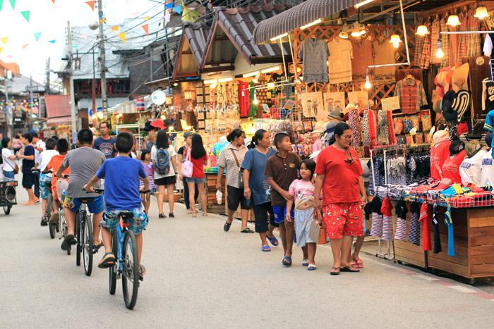 ถนนคนเดินเชียงคาน หนึ่งในเสน่ห์ดึงดูดสำคัญให้นักท่องเที่ยวมากมายเดินทางมาเยือนเมืองงามริมโขงแห่งนี้