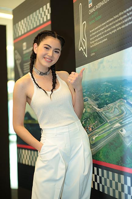 """""""ใหม่ – ดาวิกา"""" ชูมือให้กำลังใจนักแข่งไทยคนแรกร่วมทีม """"คราฟท์ แบมบู เรซซิ่ง"""""""