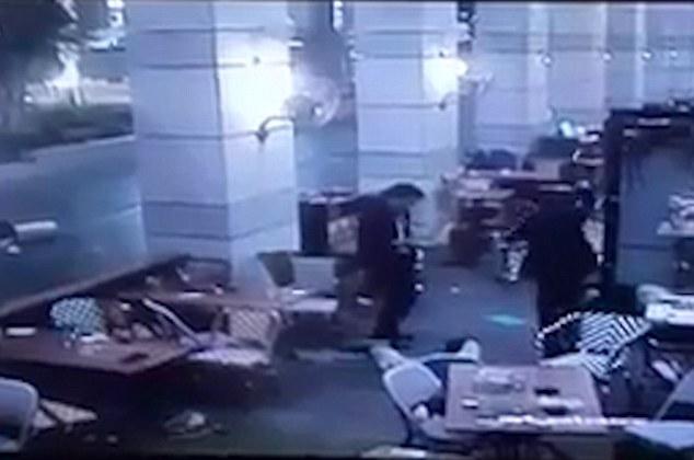 สื่อแพร่คลิปวินาทีสยอง! มือปืนกราดยิงกลางร้านอาหารอิสราเอล หนีตายอลหม่าน