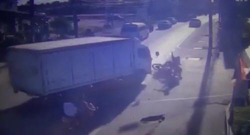 แม่พาลูกขี่ จยย.หนีนักเรียนคู่อริ ชนรถ 6 ล้อล้มถูกคู่อริไล่ทำร้ายซ้ำ