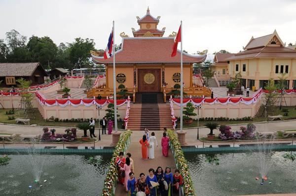 อนุสรณ์สถานลุงโฮ ที่บ้านนาจอก จ. นครพนม ถือเป็นอนุสรณ์สถานนอกประเทศเวียดนามที่ใหญ่ที่สุดในโลก การสร้างอนุสรณ์สถานในลักษณะนี้ถือเป็นการยอมรับสายสัมพันธ์ระหว่างไทยและเวียดนามที่ลึกซึ้งยาวนานและที่สำคัญฐานะของชาวเวียดเกี่ยวในประเทศไทยถูกยกสูงขึ้น (ภาพโดย Quang  Thuan, VNA)