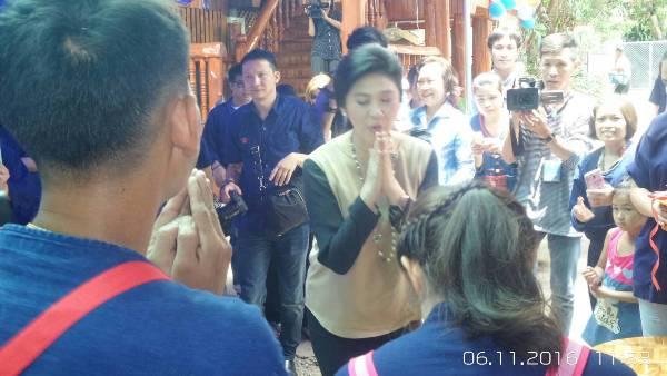 """""""ปู"""" แต่งชุดล้านนานำอดีต ส.ส.เพื่อไทย ฝ่าฝนพบแฟนเพจ คนแพร่แห่รับคึกคัก"""