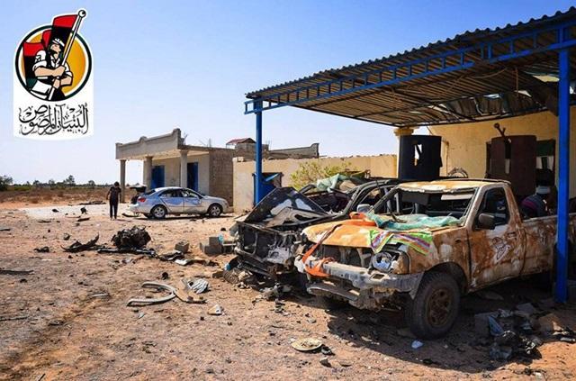 <i>ยวดยานที่ถูกไหม้เกรียม ณ จุดเกิดเหตุระเบิดรถยนต์ฆ่าตัวตายโดยฝีมือฝ่ายไอเอสในเมืองซีราเต เพื่อต้านทานการรวมพลรุกคืบหน้าของกองกำลังอาวุธฝ่ายหนุนรัฐบาลเอกภาพของลิเบีย  ภาพนี้มาจากทางหน้าเฟซบุ๊กอย่างเป็นทางการของกองกำลังอาวุธฝ่ายหนุนรัฐบาลเมื่อวันอาทิตย์ (12 มิ.ย.) </i>