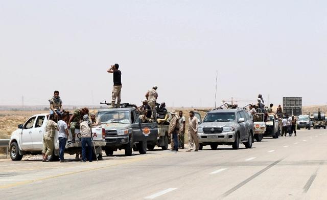 <i>ภาพเมื่อวันศุกร์ (10 มิ.ย.) แสดงให้เห็นกองกำลังอาวุธของฝ่ายหนุนรัฐบาลเอกภาพลิเบีย รวมพลกันที่บริเวณทางเข้าเมืองซีราเต ขณะพวกเขารุกคืบยึดเมืองนี้คืนจากไอเอส </i>