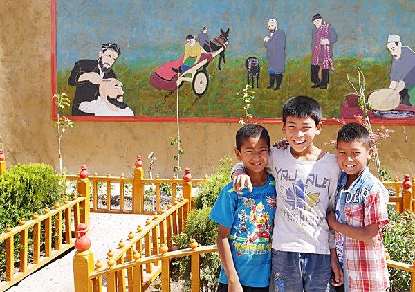 เด็กๆในชุมชนที่รัฐบาลสร้างบ้านให้ใหม่