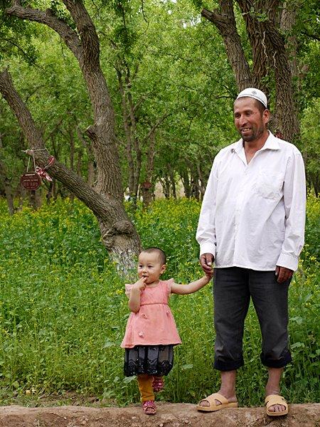 27-28 เกษตรกรชาวอุยกูร์ทำงานในไร่และแปลงผักซึ่งจัดการโดยบริษัทของชาวฮั่น
