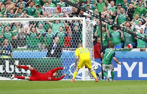 """""""ไอร์แลนด์เหนือ"""" กำชัย 2-0 ยูเครนจ่อร่วงรอบแรก"""