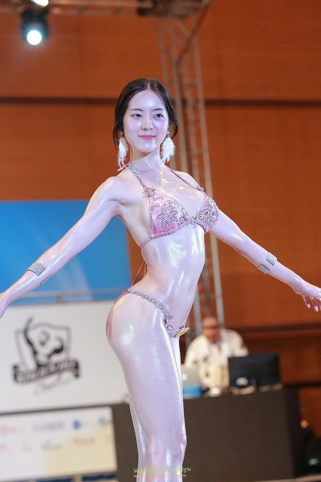 """(ชมคลิป) ฮือฮา!! นางแบบหุ่นฟิตเปรี๊ยะโชว์ความ """"ขาว"""" บวก """"สตรอง"""" ขึ้นเวทีมิสบิกินีเกาหลี"""