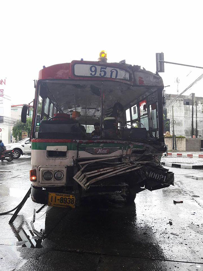 รถบรรทุกหกล้อประสานงารถเมล์สาย 95 ก. เจ็บ 15 ราย อ้างไม่ทราบห้ามเดินทางตรงบังคับเลี้ยวซ้าย