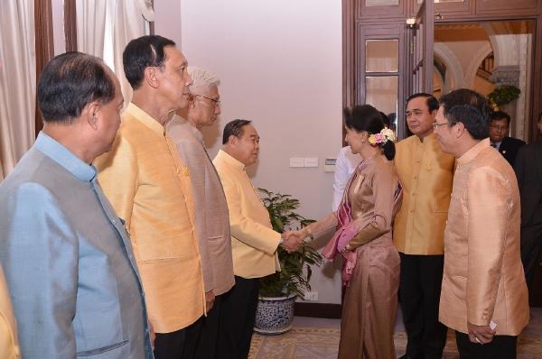 """""""ประยุทธ์"""" ถก """"ซูจี"""" ย้ำไทยพร้อมช่วยเหลือเมียนมา - ส่งเสริมเอกชนเข้าไปลงทุน"""