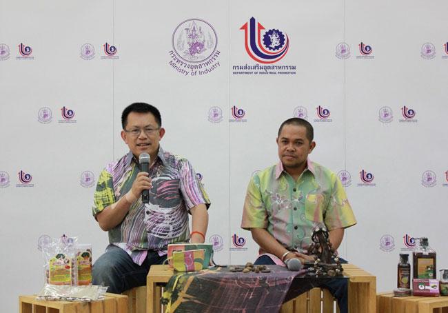 ดร.สมชาย หาญหิรัญ (ซ้าย) ปลัดกระทรวงอุตสาหกรรม