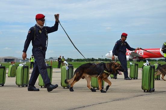 """""""อาคม"""" กำชับเข้มงวดความปลอดภัยสนามบินและสถานีขนส่ง หลังเหตุบึ้มสนามบินตุรกี"""