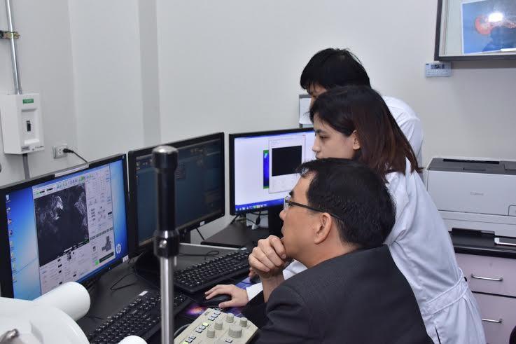 ดร.่ศรัณย์ โีปษยะจิทนดา รองผู้อำนวยนการ สดร. และเจ้าหน้าที่เอ็มเทคระหว่างดูผลตรวจสอบอุกกาบาต